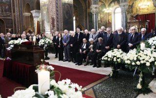 Σε κλίμα βαθιάς συγκίνησης εψάλη χθες η νεκρώσιμος ακολουθία του Παναγιώτη Τέτση στον Αγιο Διονύσιο Αρεοπαγίτη, παρουσία της οικογενείας, των φίλων και των συναδέλφων του. Ανάμεσά τους η ηγεσία καθώς και μέλη της Ακαδημίας Αθηνών, στην οποία εξελέγη το 1994, αλλά και απλοί άνθρωποι από τη λαϊκή αγορά του Κολωνακίου, που είχε, άλλωστε, αποτυπώσει στο ομώνυμο μνημειακό έργο του.