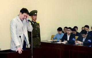 Με σπαραγμό αντιμετώπισε την ποινή των 15 ετών καταναγκαστικής εργασίας που του επέβαλε το δικαστήριο της Βορείου Κορέας ο Αμερικανός φοιτητής Otto Warmbier  21ετών για την παράνομη είσοδό του στην χώρα.  REUTERS/KCNA