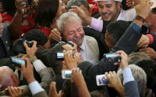 «Οι δικοί μας». Τι και αν έξω από το Planalto palace μαίνονταν οι διαδηλώσεις εναντίον του; Μέσα  στο κυβερνητικό μέγαρο, ανάμεσα στους δικούς του ανθρώπους, ο πρώην Πρόεδρος Luiz Inacio Lula da Silva αφήνεται στις αγκαλιές και τις επευφημίες τους για την νέα του θέση στην πολιτική σκακιέρα, αυτή του επιτελάρχη. REUTERS/Adriano Machado