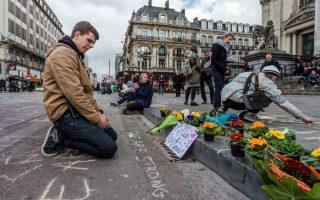Η δύναμη της κιμωλίας. Για τους κατοίκους των Βρυξελλών η ανακούφιση από το τυφλό τρομοκρατικό χτύπημα  βρέθηκε στην γραφή. Με κιμωλίες ανώνυμοι, φιλήσυχοι άνθρωποι που η καρδιά τους δεν έχει γεμίσει από μίσος και καταστροφή, παρηγόρησαν ο ένας τον άλλον με μηνύματα. Κάποιοι,  έγραψαν «είμαστε δυνατοί», όπως ο νεαρός της φωτογραφίας έστω και αν παράλληλα ξεσπούσε σε κλάματα. Κάποιοι υποστηρίζουν ότι η πένα είναι πιο δυνατή από τα όπλα, μένει να δούμε αν θα καταφέρει να κερδίσει και αυτόν τον πόλεμο.  (AP Photo/Geert Vanden Wijngaert)