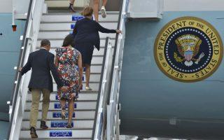 Κύριος!  Μην βιαστείτε να κρίνετε την κίνηση του Προέδρου  με το απλωμένο χέρι κατά την διάρκεια της αναχώρησης της οικογένειας Οbama από την Κούβα  για την Αργεντινή. Είναι κάτι που κάνει πάντα όταν συνοδεύει την σύζυγό του στο Προεδρικό αεροσκάφος. Το απλωμένο χέρι βρίσκεται πάντα εκεί για να αποτρέψει το όποιο στροβίλισμα του αέρα που θα εξέθετε την σύζυγό του Michelle.  AFP PHOTO / Yuri Cortez