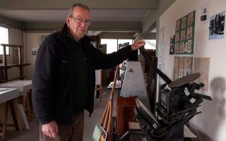 Ο Αστέριος Χ. Γούσιος στον χώρο του τυπογραφείου του στο Ωραιόκαστρο όπου στεγάζει τη «Συλλογή Τυπογραφικής Τέχνης».