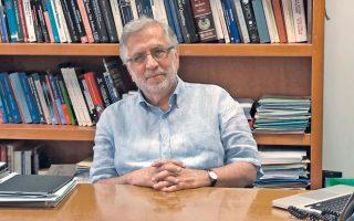Ο Στέφανος Τραχανάς, Επίτιμος Διδάκτορας του Πανεπιστημίου Κρήτης, υπόσχεται να μας δείξει την «κβαντομηχανική εν δράσει» στον θαυμαστό κόσμο των μορίων και των νέων υλικών!