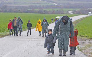 Πρόσφυγες επιστρέφουν από το χωριό Χαμηλό στον καταυλισμό στην Ειδομένη, μετά την επαναπροώθησή τους από τις σκοπιανές αρχές στο ελληνικό έδαφος. Οπως ανέφεραν στην «Κ», τους είπαν να φύγουν και να μην επιστρέψουν, ενώ σε ορισμένους Σύρους οι Αρχές της γειτονικής χώρας τους υπόσχονταν ότι θα τους οδηγήσουν στη Σερβία προτού τους επιβιβάσουν στα στρατιωτικά οχήματα. Πάντως, πολλοί δεν αποκλείουν να αποπειραθούν ξανά να περάσουν στην ΠΓΔΜ.