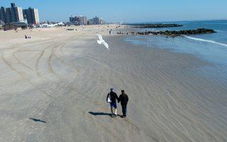 Καλοκαιράκι... Φεβρουάριο μήνα στην παραλία του Κόνεϊ Αϊλαντ στη Νέα Υόρκη.