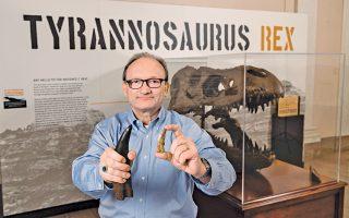 Ο Χανς Ντίτερ Σους, του Εθνικού Μουσείου Φυσικής Ιστορίας Σμιθσόνιαν, επιδεικνύει το δόντι του Τυραννόσαυρου ρεξ, προκειμένου να συγκριθεί με αυτό του νέου Τυραννόσαυρου που βρέθηκε στο Ουζμπεκιστάν.
