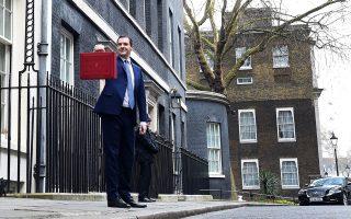 Το κόκκινο βαλιτσάκι που επιδεικνύει ο Βρετανός υπουργός Οικονομικών Τζορτζ Οσμπορν περιέχει το προσχέδιο του προϋπολογισμού, ο οποίος καταρτίστηκε με βάση την παραδοχή ότι το βρετανικό εκλογικό σώμα θα αποφασίσει την παραμονή στην Ε.Ε. στο δημοψήφισμα της 23ης Ιουνίου.