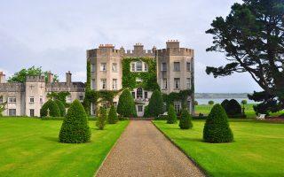 Το κάστρο Glin (φωτ.) στην κομητεία Λίμερικ, στη νοτιοδυτική Ιρλανδία, είναι ηλικίας περίπου 700 ετών, έχει εμβαδόν 1.900 τ.μ., διαθέτει 21 υπνοδωμάτια, βιβλιοθήκη και καπνιστήριο και περιβάλλεται από έκταση 1.500 στρεμμάτων, εντός της οποίας υπάρχουν κήποι και δάσος . Πωλείται προς 6,5 εκατομμύρια ευρώ. Μπορεί το συγκεκριμένο να είναι ακριβό, αλλά στη μεγάλη ευρωπαϊκή αγορά υπάρχουν κάστρα και για μικρότερα βαλάντια. Για παράδειγμα, στην Τσεχία οι τιμές ξεκινούν από 12.000 ευρώ.