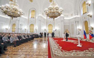 Ο Βλαντιμίρ Πούτιν ετοιμάζεται να παρασημοφορήσει άνδρες των ρωσικών ενόπλων δυνάμεων, άρτι αφιχθέντες από τη Συρία, μετά την ολοκλήρωση της στρατιωτικής τους αποστολής. Η τελετή έλαβε χώρα χθες στο Κρεμλίνο.