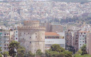 Πιο ανθεκτικό στην οικονομική κρίση και την καθίζηση στην αγορά διαμερισμάτων αποδεικνύεται το κέντρο της Θεσσαλονίκης, γεγονός που οφείλεται κυρίως στην απουσία νεόδμητων κατοικιών. Στον αντίποδα, η αγορά των ενοικίων κινείται με θετικό πρόσημο, καθώς οι περισσότεροι ενδιαφερόμενοι στρέφονται στη λύση της ενοικίασης, περιορίζοντας έτσι την προσφορά και ωθώντας τις τιμές προς τα πάνω.