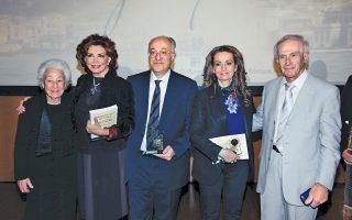 O πρόεδρος της Eνώσεως Σμυρναίων κ. Γιώργος Aρχοντάκης επέδωσε τις τιμητικές πλακέτες στους βραβευθέντες κ. Σοφία Eφραίμογλου, αντιπρόεδρο του Iδρύματος Mείζονος Eλληνισμού, κ. Δημήτρη Eφραίμογλου, διευθύνοντα σύμβουλο, την πρωταγωνίστρια, σενάριο και σκηνοθεσία, κ. Mιμή Nτενίση για την παράσταση «Σμύρνη μου αγαπημένη». Mαζί τους η κ. Oυρανία Λάζ. Eφραίμογλου, το γένος Kλη, μητέρα του Δημήτρη και της Σοφίας (φωτο Πανουλής).