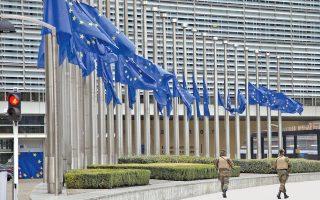 «Κόκκινο φανάρι», απαγορεύεται η διέλευσις για καθετί που κινείται, όχημα ή άνθρωπος, μπροστά στο Μέγαρο της Ευρωπαϊκής Επιτροπής, εκτός από δύο ένστολους φρουρούς. Με τις μεσίστιες σημαίες των κρατών-μελών «να μιλούν» για το πένθος που «χτύπησε» τις Βρυξέλλες. Εικόνα στοιχειωμένης πόλης στις 22 Μαρτίου 2016 (φωτογραφία Α.Ρ. / Virginia Mayo).