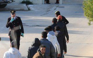 Αφίξεις προσφύγων και μεταναστών στη Λαμπεντούζα. Ο Διεθνής Οργανισμός Μετανάστευσης (ΙΟΜ) καταγράφει συχνούς βιασμούς γυναικών από διακινητές στις παραλίες της Λιβύης πριν από την αναχώρηση.