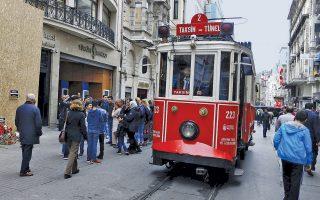 Συρμός του παραδοσιακού τραμ στην οδό Ιστικλάλ, στην τουριστική καρδιά της Κωνσταντινούπολης, που βάφτηκε στο αίμα από την τρομοκρατική επίθεση του περασμένου Σαββάτου.