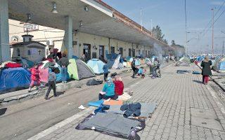 Από τον σταθμό της Ειδομένης δεν περνούν πια τρένα, λόγω κατάληψης της γραμμής από πρόσφυγες.