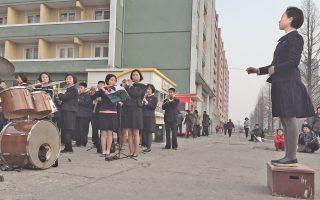 Ειδυλλιακές σκηνές από τον παράδεισο. Μαθητές σχολείου στην Πιονγιάνγκ της Β. Κορέας παίζουν μουσική, προκειμένου να εμψυχώσουν και να εμπνεύσουν (όπως λέει το πρακτορείο της χώρας) τους εργάτες που επιστρέφουν από τη δουλειά τους...