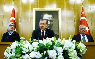 Ο Ταγίπ Ερντογάν στη διάρκεια της συνέντευξης Τύπου που παραχώρησε στο αεροδρόμιο της Κωνσταντινούπολης, προτού αναχωρήσει για τις ΗΠΑ.