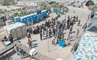 Λίγο πριν από τη διανομή φαγητού στον πρόχειρο καταυλισμό προσφύγων και μεταναστών στο πρώην Δυτικό Αεροδρόμιο, έξω από το παλιό κτίριο αναχωρήσεων, όπου οικογένειες από τη Συρία, το Αφγανιστάν, το Ιράν, το Μαρόκο και την Αλγερία στοιβάζονται σε μικρές σκηνές.