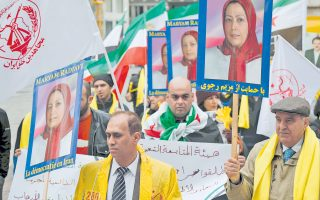 Διαδηλωτές διαμαρτύρονται για την επίσκεψη του Ιρανού προέδρου Χασάν Ροχανί στη Βιέννη, υψώνοντας πλακάτ με πορτρέτα της Μαριάμ Ρατζαβί, επικεφαλής συνασπισμού Ιρανών αντικαθεστωτικών, με έδρα το Παρίσι.