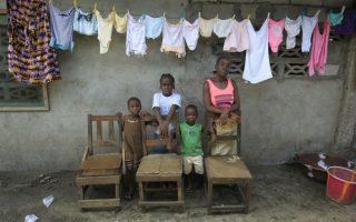 Θλιβερή επέτειος. Δύο χρόνια έχουν περάσει από το ξέσπασμα του ιού Εbola στην Λιβερία, Σιέρρα Λεόνε και Γουινέα και ο φωτογράφος Ahmed Jallanzo επιλέγει να απαθανατίσει τις απώλειες των ανθρώπων με άδειες καρέκλες ανά οικογένεια. Σε κάποιες από τις φωτογραφίες του στέκει ένας ζωντανός ανάμεσα σε πλήθος άδειων καθισμάτων, για την οικογένεια της Victoria Topay οι απώλειες μετρώνται σε τρεις μαζί με τον σύζυγό της. Ο ιός έπληξε 28.500 άτομα και άφησε πίσω του 11.300 θύματα, επηρεάζοντας δραματικά οικογένειες αλλά και συστήματα υγείας και οικονομίας  φτωχών και εύθραυστων   χωρών.   EPA/AHMED JALLANZO