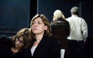 Σκηνή από την παράσταση του έργου «Σ' εσάς που με ακούτε» σε σκηνοθεσία Μάνου Καρατζογιάννη.