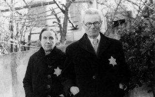 Εβραίοι της Θεσσαλονίκης. Από τον Φεβρουάριο του 1943 όλοι οι Εβραίοι της πόλης ήταν υποχρεωμένοι να φέρουν το άστρο του Δαβίδ.