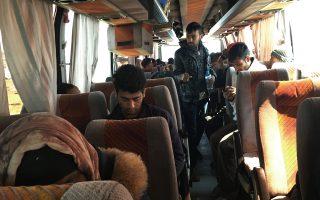 Λεωφορείο που θα αναχωρούσε το Σάββατο από την Ειδομένη παρέμενε καθηλωμένο στον καταυλισμό μέχρι να γεμίσει. Οι περισσότεροι πρόσφυγες και μετανάστες ακόμη ελπίζουν ότι θα περάσουν στην ΠΓΔΜ