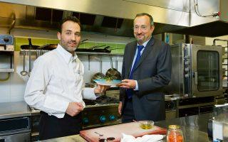 Με αφορμή τη φετινή διοργάνωση «Goût de / Good France», ο Κριστόφ Σαντεπί μάς ξενάγησε στην πρεσβευτική κατοικία και στην κουζίνα της, όπου ο σεφ Ζαν-Μαρί Χόφμαν ετοίμασε ένα πρωτότυπο πιάτο ειδικά για το «Κ».