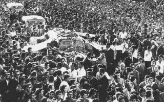 Δεκάδες χιλιάδες λαού συνόδευσαν τον Γρηγόρη Λαμπράκη στην τελευταία του κατοικία.