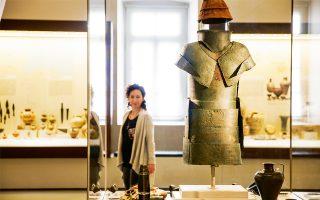 Η σπάνια χάλκινη πανοπλία του 15ου αιώνα π.Χ. που εκτίθεται στο Αρχαιολογικό Μουσείο ανήκε πιθανότατα σε Μυκηναίο ηγεμόνα. (Φωτογραφίες: ΔΗΜΗΤΡΗΣ ΒΛΑΪΚΟΣ)