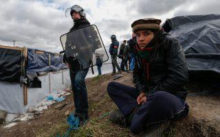 Νεαρός πρόσφυγας στη λεγόμενη «ζούγκλα του Καλαί» προσδοκά ότι κάποια στιγμή θα μπορέσει να περάσει τη Μάγχη με προορισμό την Αγγλία.