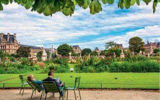 Στάση για διάβασμα μετά την περιήγηση στα αρχιτεκτονικά και ιστορικά μνημεία του πάρκου Tuileres. ( Φωτογραφίες: Shutterstock)