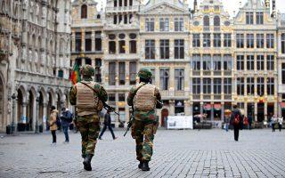 Βέλγοι στρατιώτες περιπολούν στο κέντρο των Βρυξελλών. Οι Αρχές, αν και είχαν προειδοποιηθεί για τις τρομοκρατικές επιθέσεις, δεν κατάφεραν να τις αποτρέψουν.