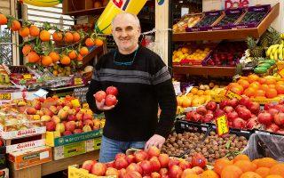 Είκοσι έξι χρόνια μανάβης, ο Γρηγόρης Γκέκας έχει μάθει τα μυστικά των προϊόντων του. (Φωτογραφία: ΑΚΗΣ ΟΡΦΑΝΙΔΗΣ)