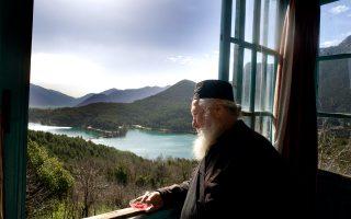 Με θέα τη λίμνη Δόξα, ο πάτερ Γεννάδιος στη Μονή Αγίου  Γεωργίου μάς κερνά γλυκό τριαντάφυλλο. (Φωτογραφία: ΜΑΡΩ ΚΟΥΡΗ)