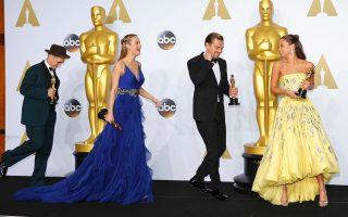Στο στιγμιότυπο απεικονίζονται μαζί του και οι βραβευμένες ηθοποιοί Μπρι Λάρσον και Αλίσια Βικάντερ.