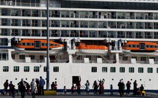 Μετανάστες και πρόσφυγες περιεργάζονται το τεραστίων διαστάσεων νορβηγικό κρουαζιερόπλοιο –μάλιστα, ορισμένοι χαιρετούν τους επιβάτες του–, που κατέπλευσε χθες στο λιμάνι του Πειραιά.