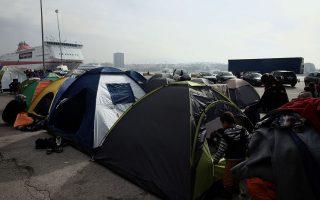 Στο λιμάνι του Πειραιά βρίσκονται περίπου 5.800 πρόσφυγες και μετανάστες. Οι αποβάθρες έχουν μετατραπεί σε κάμπινγκ, με περισσότερες από 1.000 σκηνές τοποθετημένες.