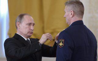 Την περασμένη Πέμπτη, σε ειδική τελετή, ο πρόεδρος Βλαντιμίρ Πούτιν παρασημοφόρησε Ρώσους πιλότους που επέστρεψαν στη Μόσχα.