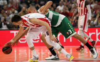 epa05206771 Nemanja Dangubic (L), of Red Star in action against Sasha Pavlovic (R) of Panathinaikos during the Euroleague basketball match between Red Star and  Panathinaikos in Belgrade, Serbia, 11 March 2016.  EPA/KOCA SULEJMANOVIC