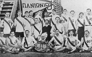 Μία από τις πρώτες ενδεκάδες της ποδοσφαιρικής ομάδας του Πανιωνίου όσο αγωνιζόταν στη Σμύρνη, την πόλη στην οποία ιδρύθηκε το 1890.