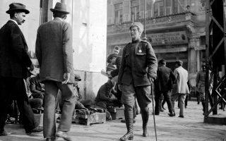 Η επιλοχίας Φλόρα Σάντες περπατάει στη Θεσσαλονίκη του 1917 με τη βοήθεια μπαστουνιού μετά τον τραυματισμό της από βουλγαρική χειροβομβίδα.