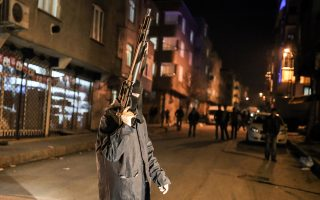Συγκρούσεις αστυνομίας και διαδηλωτών, στη διάρκεια των εορτασμών του κουρδικού νέου έτους στην Κωνσταντινούπολη.