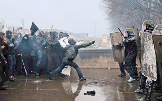 Διαμαρτυρία υπό βροχήν, με φόντο τον Σηκουάνα. Η γαλλική κυβέρνηση δεν προτίθεται να αποσύρει το νομοσχέδιο για τη μεταρρύθμιση της αγοράς εργασίας που κατέθεσε χθες στο Κοινοβούλιο, παρά τις διαδηλώσεις εκατοντάδων χιλιάδων μαθητών, φοιτητών και εκπροσώπων συνδικαλιστικών οργανώσεων σε όλη τη χώρα.