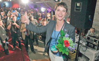 Η Φράουκε Πέτρι υποστηρίζει ότι είναι «παιδί» των αποτυχιών της Μέρκελ στην Ευρωζώνη και στο προσφυγικό.