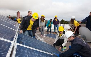 Η εγκατάσταση των φωτοβολταϊκών συστημάτων στα σπίτια έγινε από την περιβαλλοντική οργάνωση με τη συνδρομή μαθητών Λυκείου.