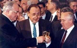Στη φωτογραφία, ο Χέλμουτ Κολ, ο Γκένσερ (κέντρο) και ο Μιχαήλ Γκορμπατσόφ γιορτάζουν τη συμφωνία για την επανένωση των δύο Γερμανιών το 1990.