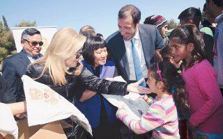 Διανομή ρουχισμού στα παιδιά και τις οικογένειες προσφύγων στο Σχιστό, παρουσία της εκπροσώπου της Stuf United Fund κ. Sharon Chang και του πρέσβεως της Taiwan κ. Paul Kuoboug Chang, που συνεργάσθηκαν με το «Iδρυμα M. B. Bαρδινογιάννη», στο πνεύμα της φροντίδας που εντείνουν οι νέες δράσεις του προγράμματος «We Care» για τους πρόσφυγες της προέδρου κ. Mαριάννας Bαρδινογιάννη.