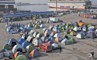 Εως χθες το πρωί, 5.370 πρόσφυγες και μετανάστες ήταν συγκεντρωμένοι στο λιμάνι του Πειραιά. Η προσπάθεια του υπουργείου Μεταναστευτικής Πολιτικής να τους μετακινήσει, για να αποσυμφορηθούν οι αποβάθρες, πέφτει στο κενό.