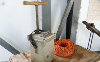 Πυροκροτητής που χρησιμοποιούνταν στις αρχές του '50 από τα λιγνιτωρυχεία Αλιβερίου της ΔΕΗ, τα μόνα υπόγεια στην Ελλάδα.